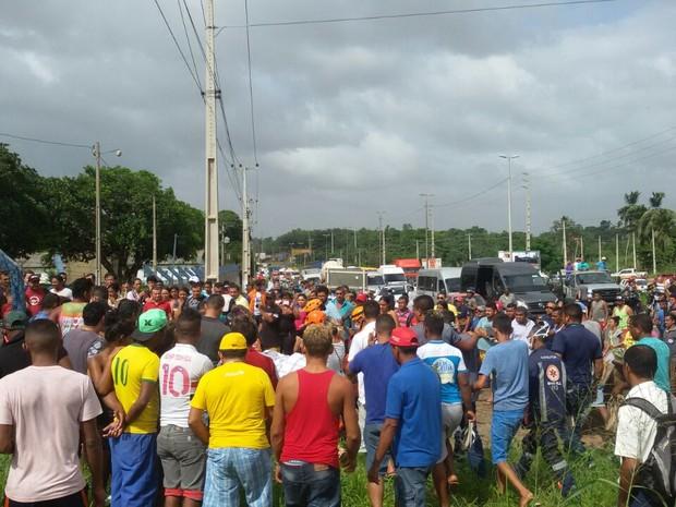 Caminhão com fertilizante tombou sobre o acostamento e matou duas pessoas na BR-135, no MA (Foto: Ádria Rodrigues/TV Mirante)