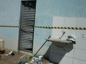 Vizinhos arrombaram porta para salvar os bens dos moradores das chamas (Foto: Sargento Andrade/Corpo de Bombeiros)