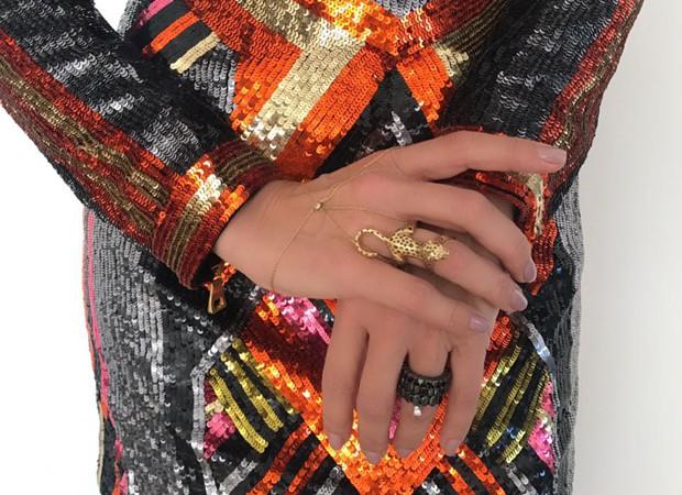 Detalhes do look de Adriane Galisteu: vestido de paetês e anel de leopardo (Foto: Milton Martins Filho)
