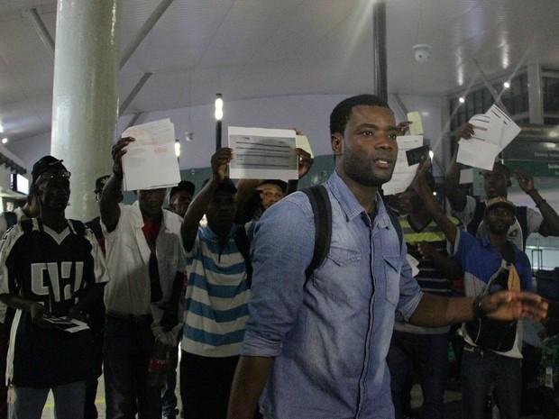 Haitanos foram deixados no aeroporto depois de serem desepejados de hotéis (Foto: Suelen Gonçalves/ G1 AM)