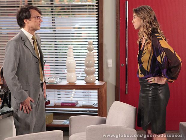 Dino fica chocado com o que ouve de Vânia (Foto: Guerra dos Sexos / TV Globo)