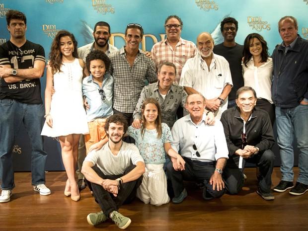 """Renato e a equipe de """"Didi e o segredo dos anjos"""" (Foto: Divulgação/Globo/João Miguel Júnior)"""