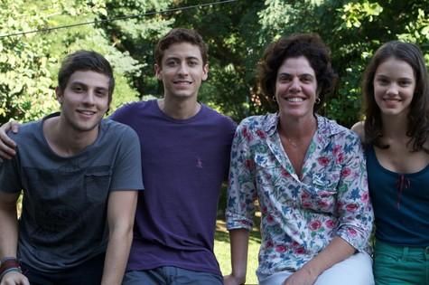 Elenco e diretora de Jonas (Foto: Divulgação)