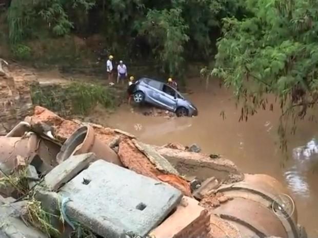 Carro da vítima foi encontrado a quilômetros de distância (Foto: Reprodução/TV TEM)