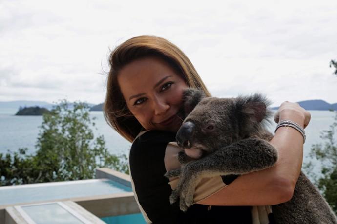 Viviane Pasmanter se encanta com o animal fofinho (Foto: Bernardo Duarte / Gshow)