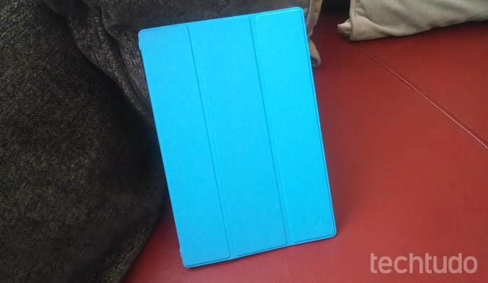 """Capa """"inteligente"""": acessório oficial é vendido separadamente e se assemelha muito com a do iPad (Foto: Pedro Cardoso/TechTudo)"""