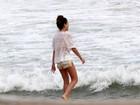 Júlia Almeida joga as cinzas do irmão no mar do Leblon, no Rio