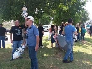 Manifestantes também usaram miniaturas do 'Pixuleco' (Foto: Stephanie Fonseca/G1)