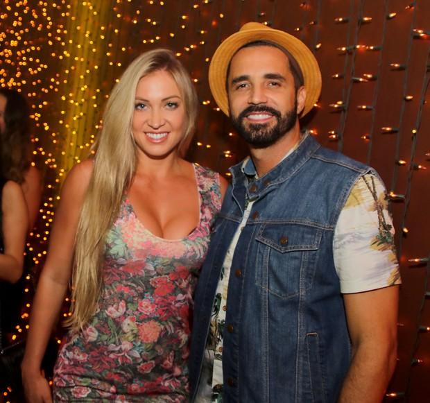 Latino com a namorada Jéssica Rodrigues (Foto: Thiago Duran/AgNews)