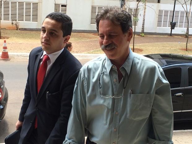 Delúbio Soares chega à Vara de Execuções Penais do Distrito Federal para uma audiência prévia à liberação para prisão domiciliar (Foto: Paulo Melo / G1)