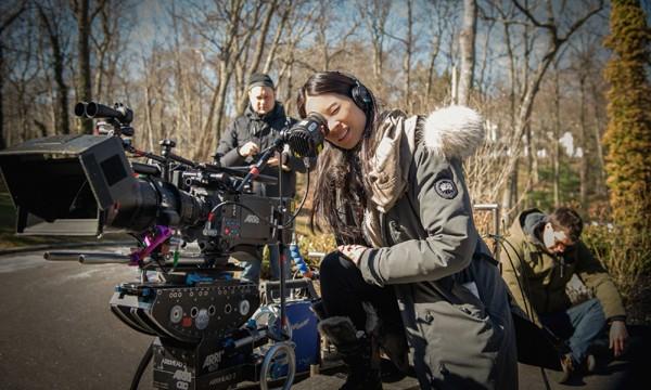 Lucy Liu dirigindo Elementary (Foto: divulgao)