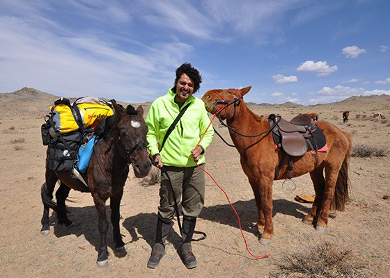 Início da expedição: cavaleiro e os dois cavalos prontos para a partida  (Foto: © Danilo Perrotti)
