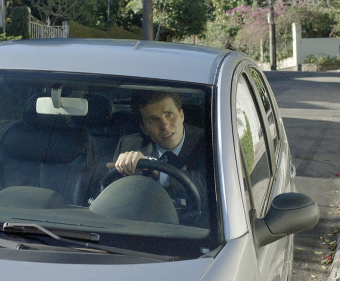 O advogado faz viagem de trabalho e nem imagina que o irmão o está seguindo (Foto: TV Globo)