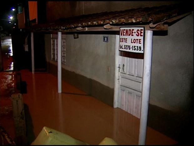 Chuva causa alagamentos em Aracruz, ES (Foto: Reprodução/ TV Gazeta)