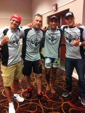 Edson Barboza posou ao lado da equipe após derrotar Rafaello no UFC 162, em Las Vegas (Foto: Arquivo Pessoal)