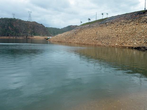 Lago de Furnas com nível baixo próximo à hidrelétrica, MG. (Foto: Tiago Campos / G1)