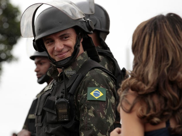 Rodrigo também gravou na comunidade (Foto: Salve Jorge/TV Globo)