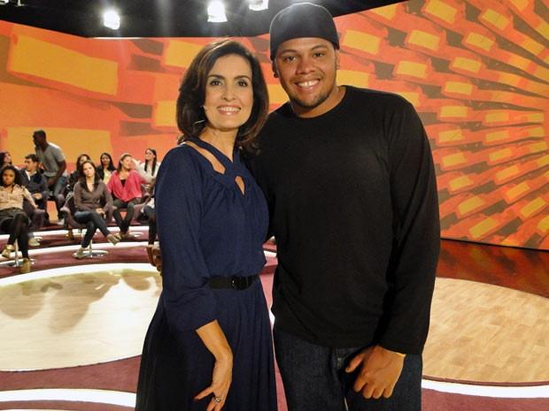 Fátima posa com o contra-regra Diego Antunes (Foto: Encontro com Fátima Bernardes/TV Globo)