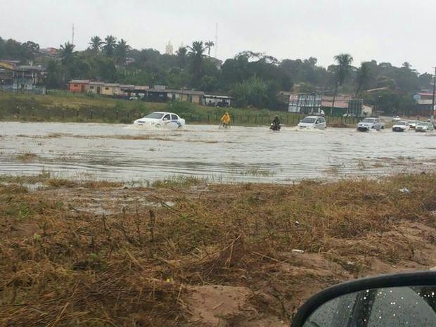 Trecho da BR-101 no município de Nísia Floresta, no RN, ficou completamente alagado (Foto: Reprodução/Twitter)