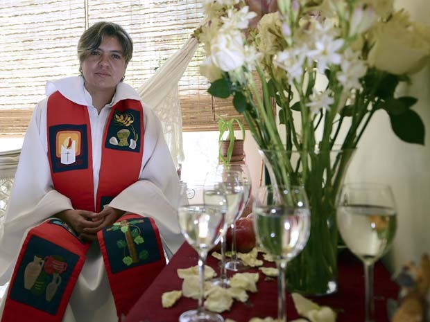 A sacerdote colombiana Judith Bautista posa para foto em março em Bogotá (Foto: AFP PHOTO/LUIS ACOSTA)