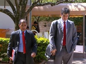 Os advogados de Longo, Antônio Carlos Oliveira, e de Natália, Nathan Castelo Branco, conversam antes das audiências (Foto: Reprodução/EPTV)