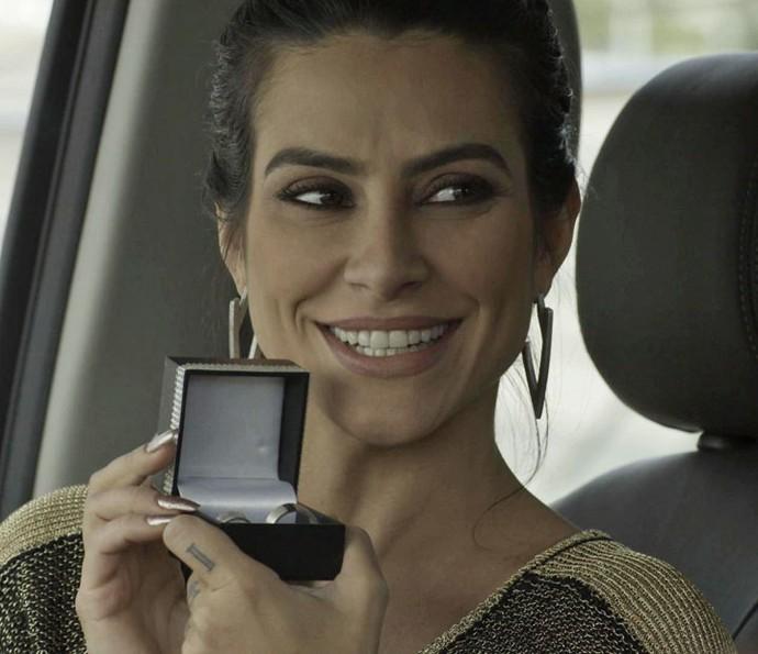 Tamara compra alianças de noivado e mostra para Apolo (Foto: TV Globo)