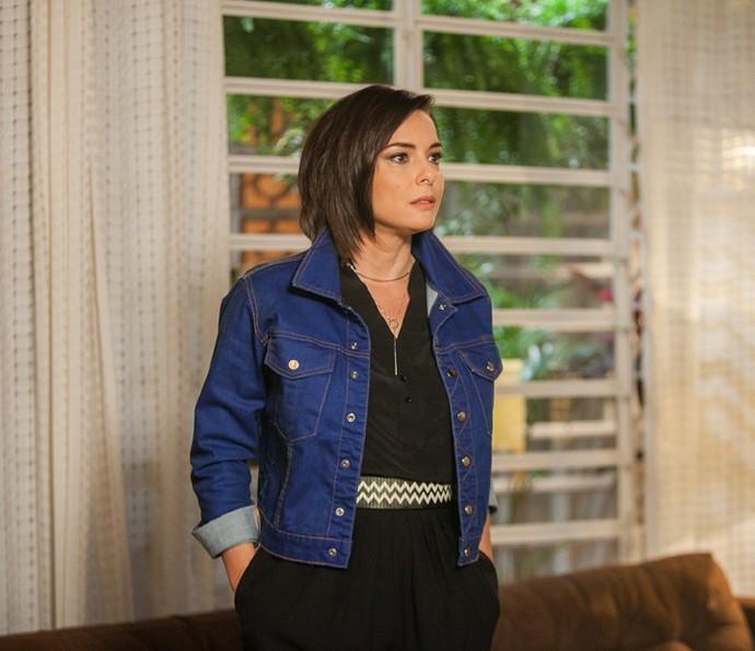 Beth aparece na casa de Augusto (Foto: Raquel Cunha/Gshow)