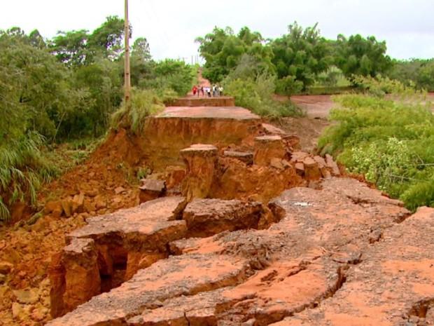 Represa rompe e destrói estrada de terra em Matão (Foto: Wilson Aiello/ EPTV)