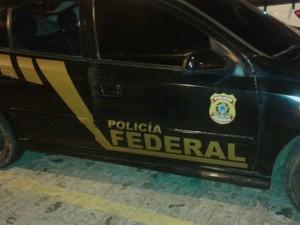 Polícia Militar encontrou carro abandonado com adesivos falsificados da Polícia Federal (Foto: Reprodução/TV Paraíba)