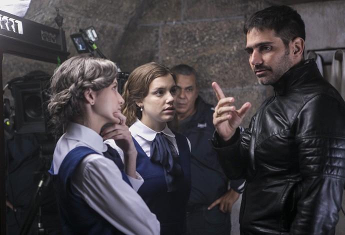 Hanna e Alice escutam orientações do diretor geral Vinícius Coimbra (Foto: Inácio Moraes/Gshow)