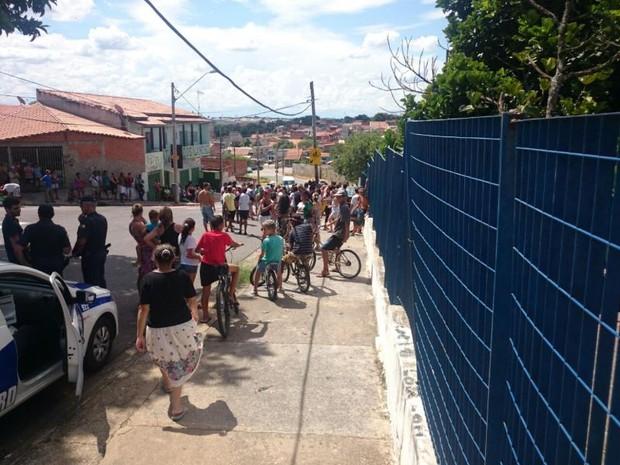 Moradores se aglomeraram para acompanhar o resgate (Foto: Tássia Lima/ G1)