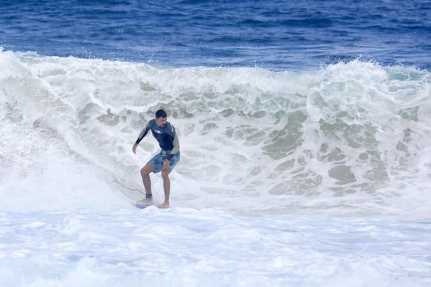 Cauã Reymond surfa na praia da Barra da Tijuca (Foto: Dilson Silva / Agnews)