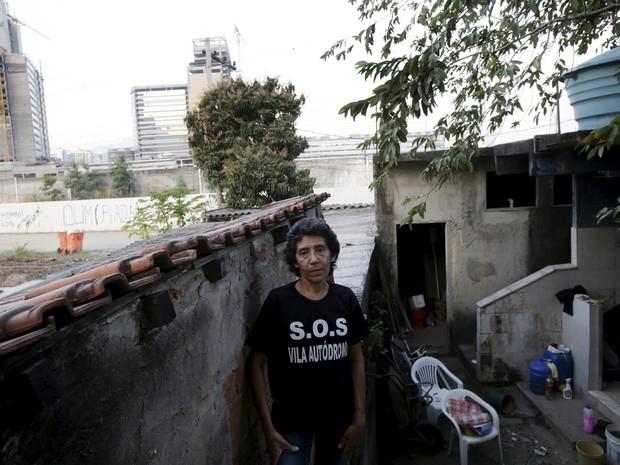 """Maria da Penha, de 50 anos de idade, vive na Vila Autódromo há quase 25 anos. """"Espero que os meus direitos sejam respeitados e eu possam continuar a viver aqui,"""" afirma a moradora. (Foto: Ricardo Moraes/ Reuters)"""