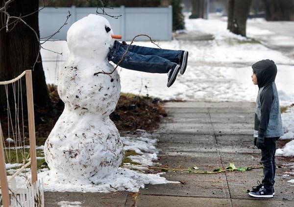 Boneco de neve 'engole homem' nos EUA (Foto: AP Photo/The Spokesman-Review, Dan Pelle)