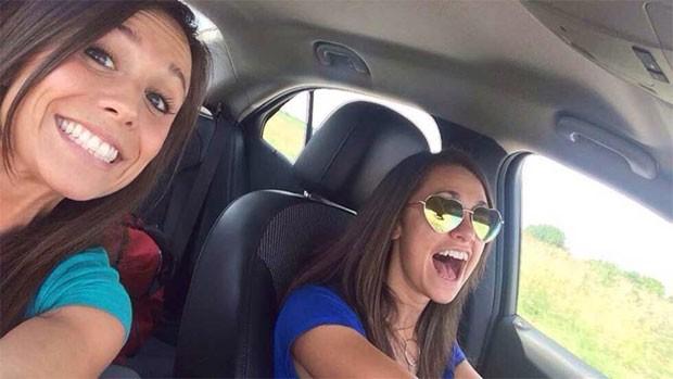 Collette Moreno e sua amiga Ashley Theobald fazem selfie em carro. Collette morreu em um acidente alguns minutos depois da foto (Foto: Reprodução/Twitter/Dan Marries)