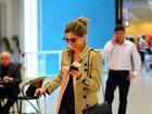 Grazi Massafera brinca ao ser fotografada em aeroporto do Rio