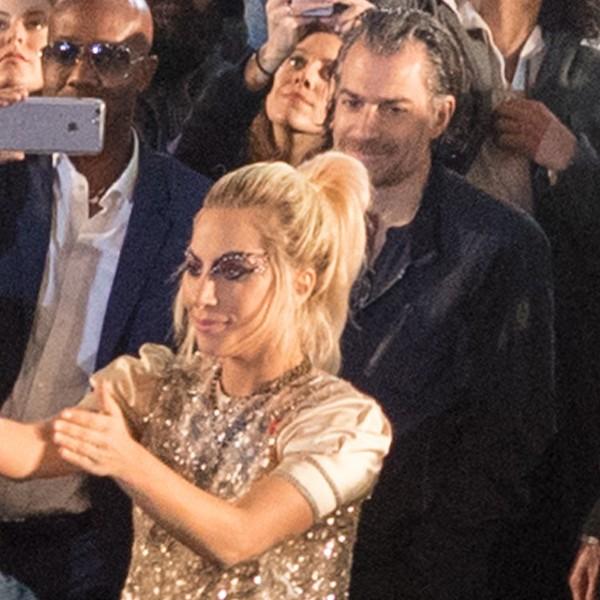 Christian Carino (na segunda fila) olha apaixonado para Gaga no desfile de Tommy Hilfiger (Foto: Getty Images)