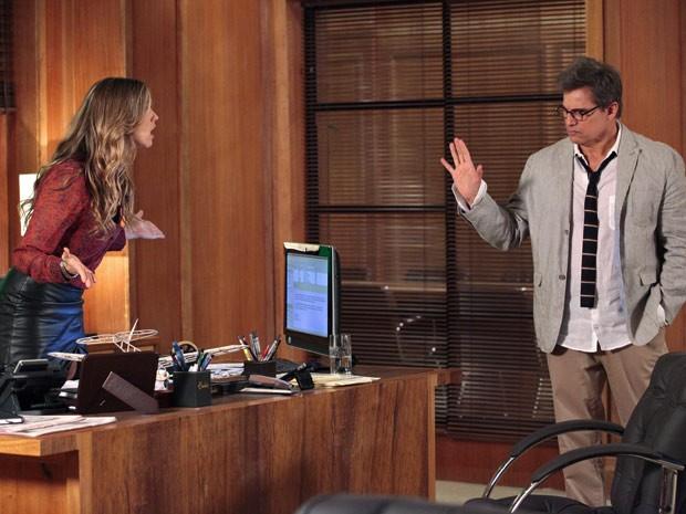 Vânia e Felipe discutem sobre como lidar com a ameaça de Carolina (Foto: Guerra dos Sexos / TV Globo)