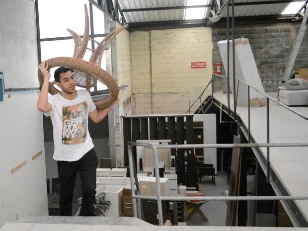 Saleh conseguiu emprego como ajudante geral em uma loja de móveis de Mogi das Cruzes (Foto: Maiara Barbosa/ G1)