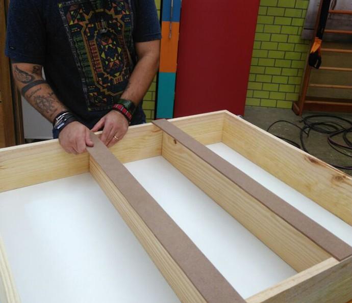 Corte 4 réguas de MDF no tamanho de 5 x 76 cm para dar acabamento às prateleiras (Foto: Roberta Simoni / TV Globo)
