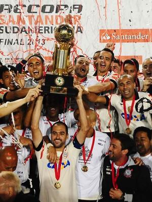 Danilo Corinthians taça trofeu campeão Recopa (fundo escurecido) (Foto: Marcos Ribolli)