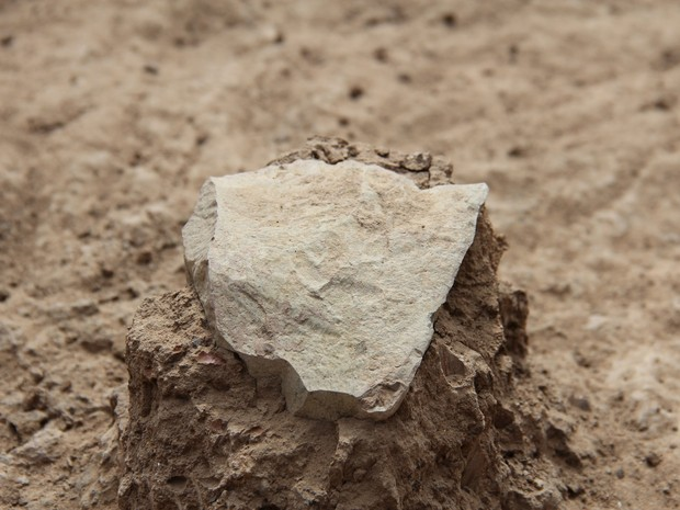 Ferramenta de pedra descoberta em deserto do Quênia que teria 3,3 milhões de anos -- 700 mil anos a mais que as ferramentas já encontradas e 500 mil anos mais antigo que os fósseis conhecidos do gênero Homo (Foto: MPK-WTAP/Reuters)
