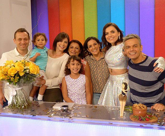 Monica Iozzi é surpreendida pela chegada da família, que mora em São Paulo (Foto: Cristina Cople / Gshow)