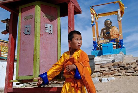 Um aprendiz de monge no monastério budista Khamaryn, no deserto do Gobi, na Mongólia; este foi um dos primeiros lugares a ser visitado pelo autor há 10 anos  (Foto: © Haroldo Castro/ÉPOCA)
