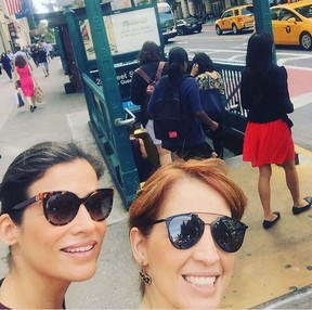Renata Vasconcellos e Poliana Abritta a caminho do Emmy (Foto: Reprodução/Instagram)