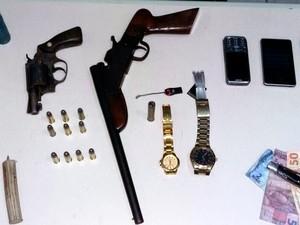 Armas foram apreendidas dentro da casa do suspeito (Foto: Divulgação/Polícia Civil)