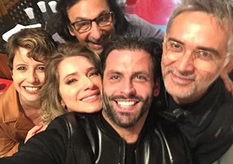 Em registro desta semana, Maureen aparece emocionada em selfie com os colegas Henri e Letícia, com o diretor Carlos Araújo e o preparador de elenco Chico Acioly, após gravação de últimas cenas do trio (Foto: Arquivo Pessoal)
