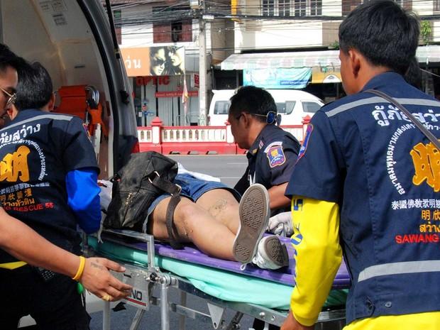 Uma mulher ferida é atendida no balneário tailandês de Hua Hin (Foto: Thailand.Dailynews / via Reuters)