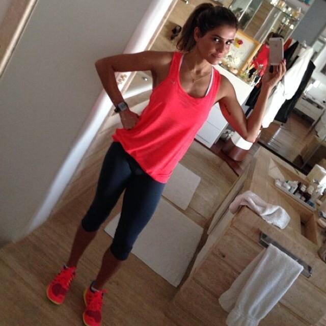 Deborah Secco acorda cedo no domingo para correr