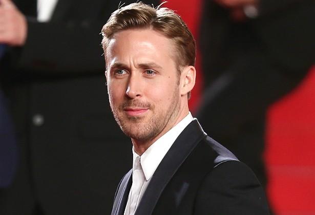 Os empregados de Ryan Gosling são bem linguarudos! Revelaram as maiores intimidades do ator, como o fato dele preferir urinar sentado, subir as escadas de quatro em quatro degraus, dormir com a cabeça no lado da cama reservado para os pés e depilar o tórax e as costas com cera quente várias vezes por mês. (Foto: Getty Images)